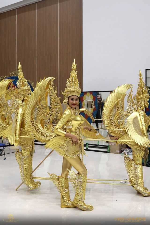 Người đẹp Lào trong bộ trang phục dân tộc với ba bức tượng được gắn vào nhau. Điều này cũng gây khó khăn cho cô trong phần di chuyển.