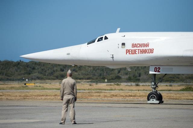Máy bay ném bom Tu-160 của Nga ở sân bay Venezuela ngày 10/12. (Ảnh: AFP)