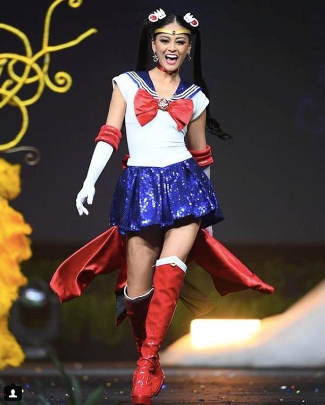 Nhật Bản tiếp tục mang trang phục dân tộc hai trong một đến Miss Universe khi từ một nữ Ninja, người đẹp bỗng hóa thành thủy thủ mặt trăng