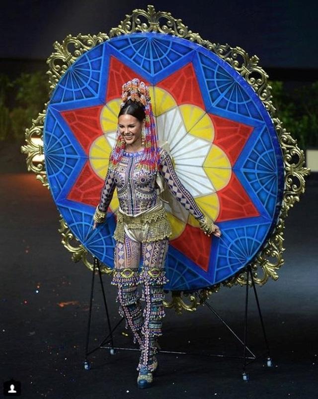 Thiết kế hoành tráng của người đẹp Philippines. Catriona Gray mặc bộ trang phục lấy ý tưởng từ sự tổng hòa của ba hòn đảo lớn tại đất nước này là Luzon, Visayas và Mindanao