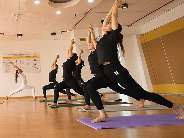 Các học viên đang tập yoga tại một trung tâm. Ảnh: TRẦN NGỌC