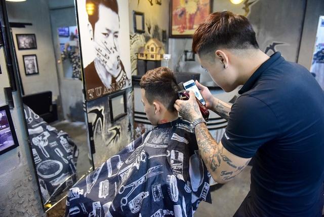 Để khắc thành hình, thợ cắt tóc phải trải qua nhiều công đoạn (ảnh: Toàn Vũ)