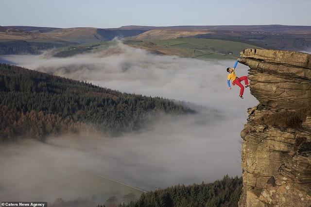 Thử thách gây sốc, tay không bám vào vách đá ở độ cao trăm mét - 1