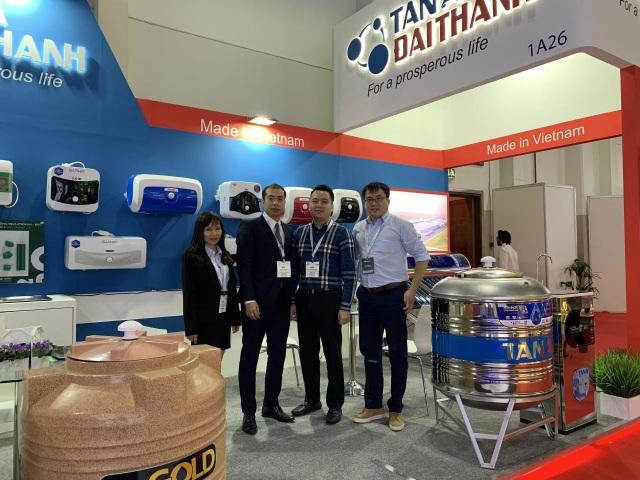 Ông Lê Phương – Đại diện Tham tán thương mại Việt Nam tại UAE tham quan gian hàng