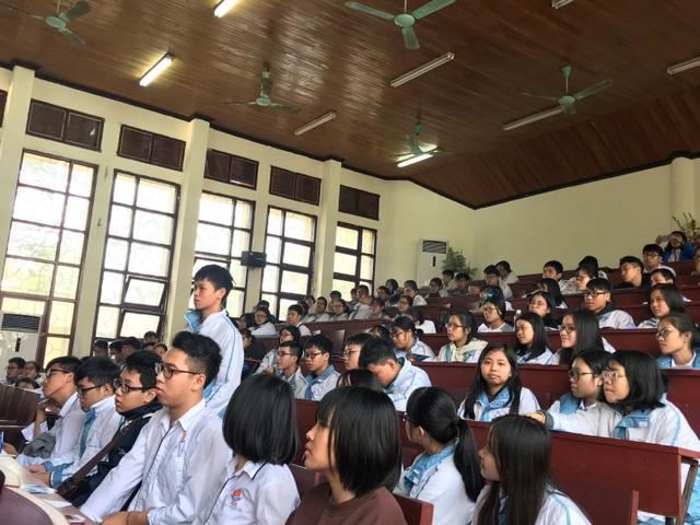 Các em học sinh hào hứng tham gia dự thi.