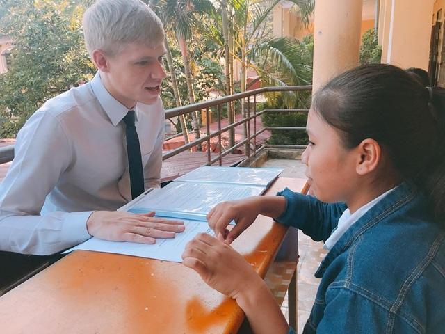 Thí sinh thực hiện phần thi nói cùng giáo viên bản ngữ.