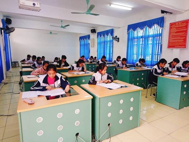 Các thí sinh nghiêm túc làm bài trong phòng thi.