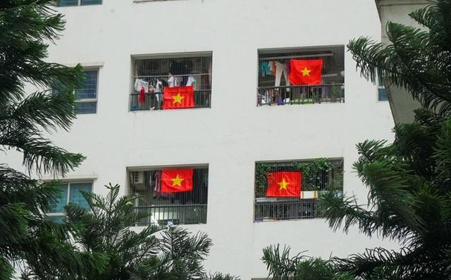 Cả tòa chung cư Hà Nội phủ kín cờ đỏ sao vàng cổ vũ đội tuyển Việt Nam - 5