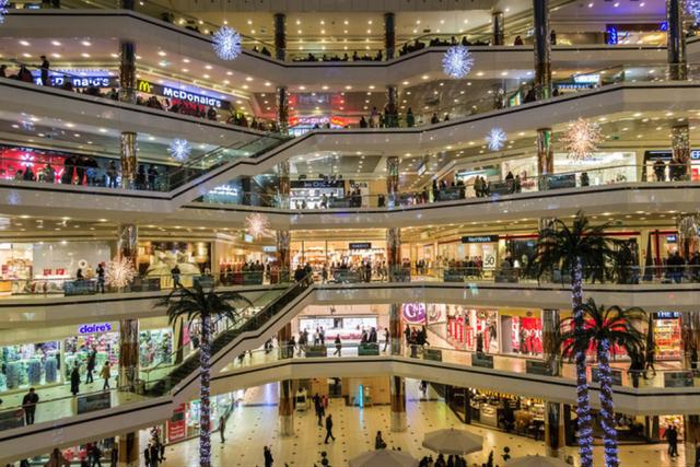 Central Premium gây sốt thị trường bất động sản Quận 8 khi sở hữu đại trung tâm thương mại 6 tầng, có quy mô 40.000 m2 lớn nhất tại Quận 8. Đây cũng là trung tâm thương mại lớn thứ 8 của Sài Gòn. Được biết, khu trung tâm thương mại này sẽ do một đại gia bán lẻ top 3 thế giới vận hành.