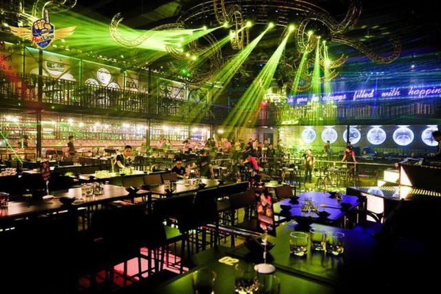 Khu trò chơi trẻ em Kid World, spa center trong nhà sẽ tập trung tại tầng 4 của trung tâm thương mại. Tầng 5 là khu giải trí cho giới trẻ với tổ hợp nhiều quán bar, club như Ritacita Bar phong cách Mexico, Beer Club Vuvuzuela, Bar Redbull, Bar Rocco..... Riêng tầng 6 của dự án sẽ là khu vực dành cho rạp chiếu phim rộng gần 4.000m2, có quy mô hàng đầu quận 8. Chủ đầu tư cho biết, khu rạp chiếu phim này sẽ do công ty sở hữu thị phần phim lớn bậc nhất Việt Nam đầu tư và vận hành.
