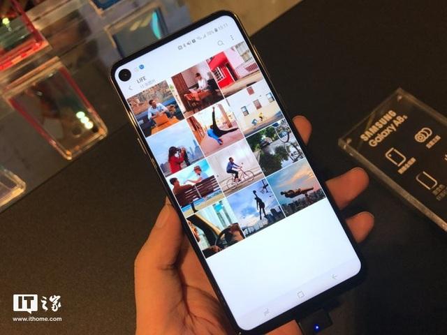 """Vị trí của camera khiến cho màn hình của Galaxy A8s giống như bị """"đục lỗ"""""""
