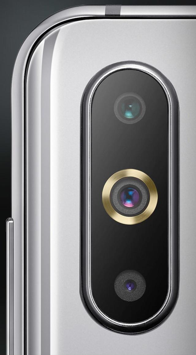 Đèn flash được bố trí ngay trên ống kính giữa của cụm 3 camera