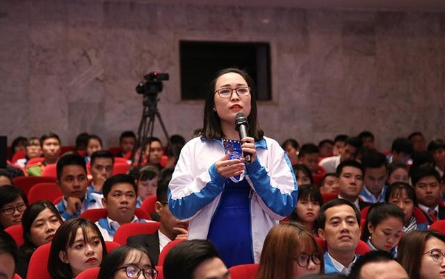 Đại biểu sinh viên quan tâm tới vấn đề chính sách thúc đẩy nghiên cứu khoa học trong sinh viên