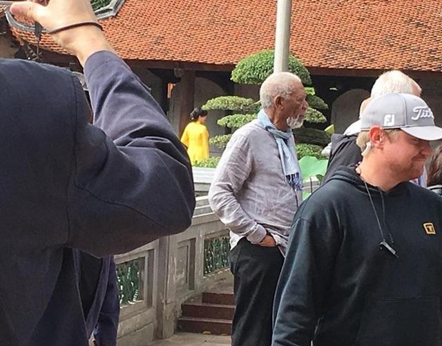 Đi cùng Morgan Freeman có khoảng gần 20 thành viên trong ê-kíp làm phim.