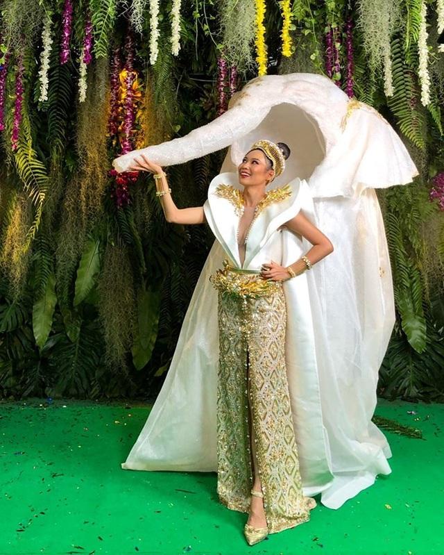 Đại diện Thái Lan trong bộ trang phục dân tộc hình voi với chiếc vòi dài là điểm nhấn. Tạo hình voi màu trắng được thiết kế bắt mắt và trang nhã.
