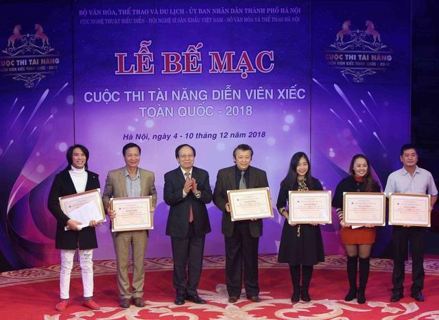 NSND Lê Tiến Thọ, Chủ tịch Hội Nghệ sỹ Sân khấu Việt Nam, Ủy viên Ban Chỉ đạo Cuộc thi trao bằng khen của Hội Nghệ sĩ Sân khấu Việt Nam cho các đơn vị tham dự.