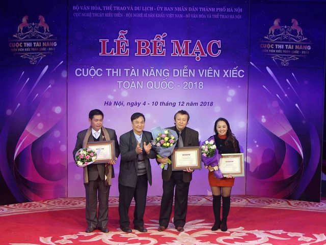 NSND Lưu Văn Phúc, Chủ tịch Hội đồng giám khảo trao Giải thưởng cá nhân xuất sắc cho các Tác giả, Đạo diễn, Huấn luyện viên đạt giải tại Cuộc thi.