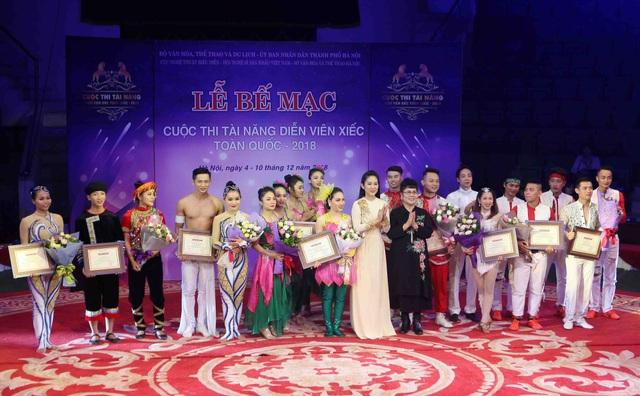 NSND Tâm Chính - Chủ tịch Liên Chi hội xiếc Việt Nam và NSƯT Thanh Thúy - Phó Giám đốc Sở Văn hóa và Thể thao Thành phố Hồ Chí Minh trao giải Nhì cho các diễn viên.