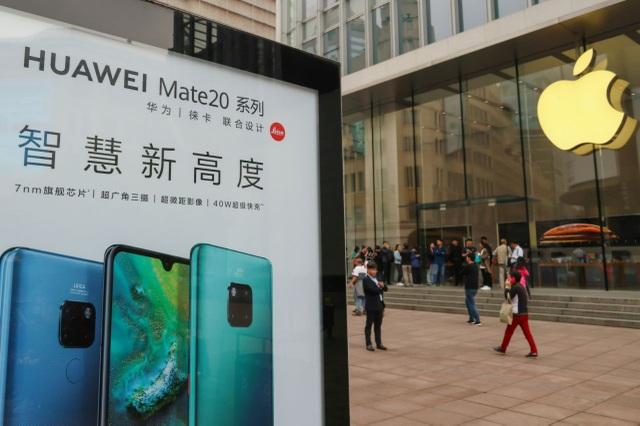 Biển quảng cáo điện thoại Huawei trước cửa hàng của hãng Apple (Mỹ) tại Thượng Hải. (Ảnh: Reuters)