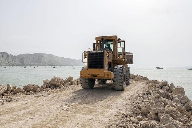 Xe ủi đất làm việc tại dự án cảng Gwadar do Trung Quốc viện trợ tại Pakistan. (Ảnh: Bloomberg)