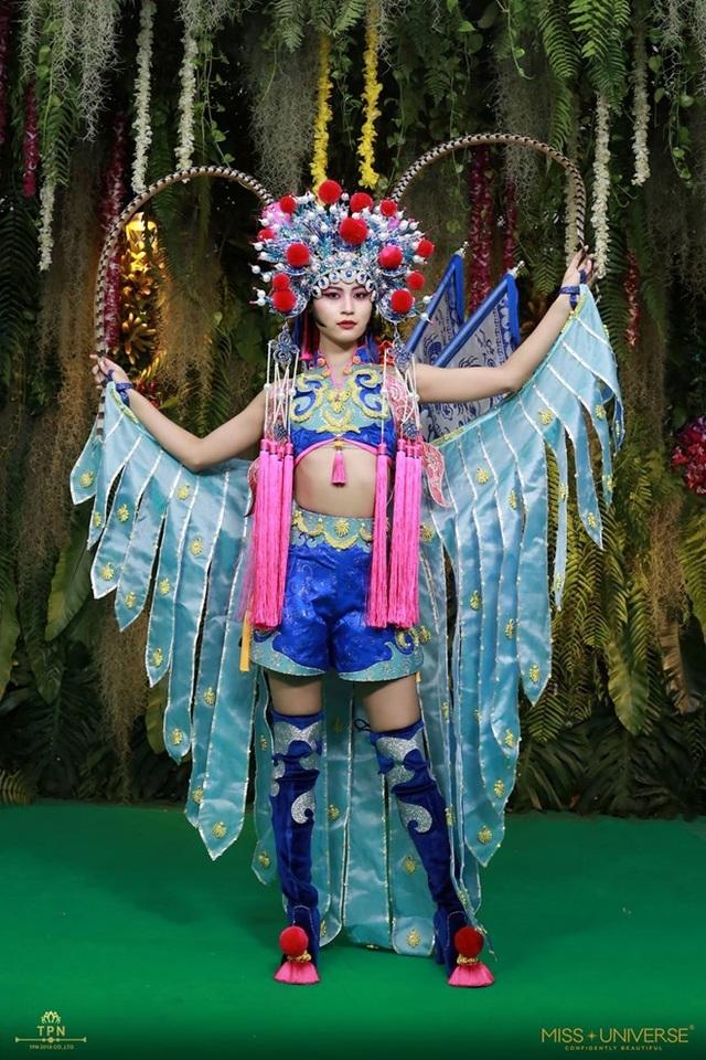 Đại diện Trung Quốc với bộ trang phục lấy cảm hứng từ kinh kịch.