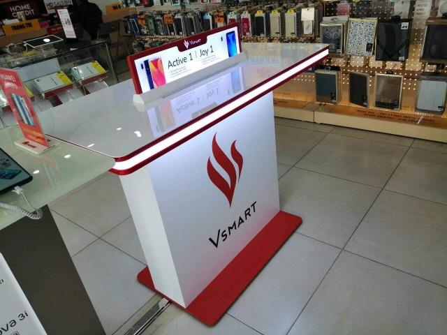 Các đại gia bán lẻ nhảy vào phân phối smartphone đầu tiên của Vsmart - 2