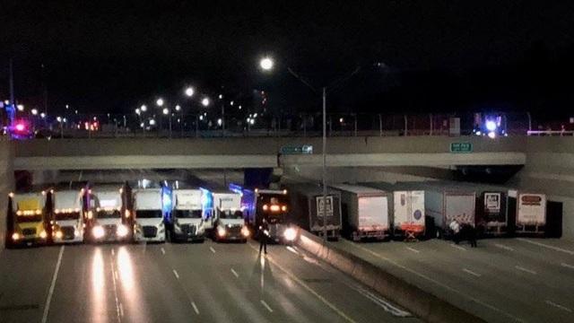 Cảnh tượng bạn thấy không phải tắc đường, mà là khoảng khắc 13 chiếc xe tải cùng sắp hàng để giữ lấy mạng sống cho một người đàn ông đang có ý định tự tử bằng cách nhảy xuống từ cầu.