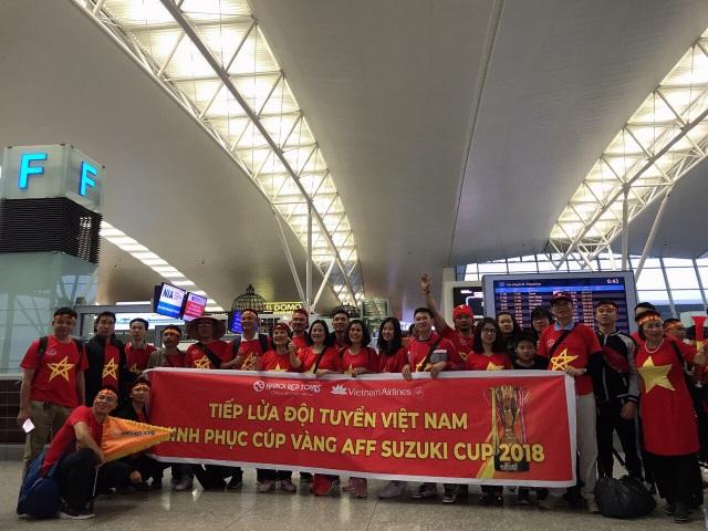 Các đoàn cổ động viên chuẩn bị cờ tổ quốc và băng rôn liên tục hô vang: Việt Nam vô địch làm nhộn nhịp, rộn ràng cả sảnh chờ sân bay.