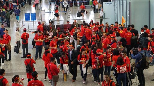 Tối nay 11/12 trận chung kết lượt đi giữa tuyển Việt Nam và Malaysia sẽ chính thức diễn ra trên sân vận động Bukit Jalil (Malaysia). Ngay từ sáng sớm, hàng nghìn cổ động viên Việt đã đáp chuyến bay thẳng sang Malaysia cổ vũ đội nhà.