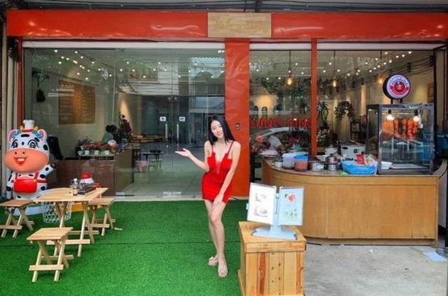 Cô chủ quán xinh đẹp trước cửa hàng mỳ của mình