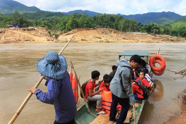 Hàng ngày, học sinh và người dân phải qua sông trên những chuyến đò ngang.