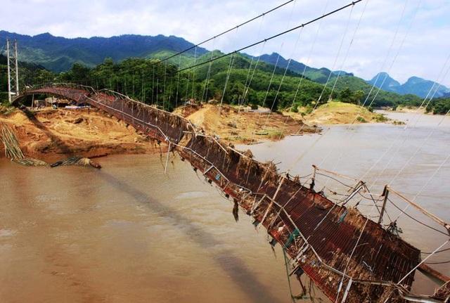 Cầu treo Phú Xuân bị lũ cuốn làm hư hỏng nặng, không thể sử dụng.
