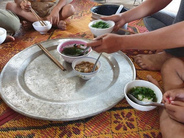 Bữa trưa đạm bạc, chỉ với canh rau và nước mắm của gia đình nghèo.