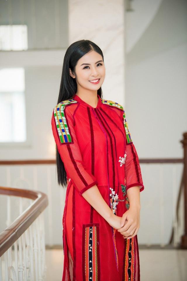 Trong Lễ hội văn hóa thổ cẩm Việt Nam, diễn ra từ ngày 5 đến ngày 7/1/2019 tại Đắk Nông, Ngọc Hân sẽ cùng 14 nhà thiết kế khác trình diễn bộ sưu tập thời trang với chất liệu thổ cẩm. Cô sẽ giới thiệu 15 mẫu áo dài cách tân với những gam màu nổi bật như đỏ, cam, vàng cùng điểm nhấn là họa tiết hoa mùa xuân.