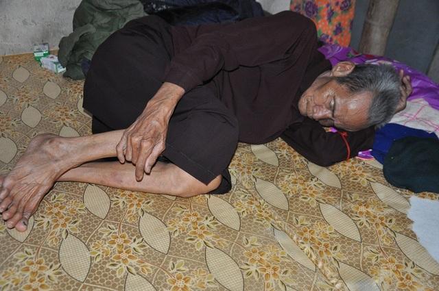 Bố chị Hương năm nay đã ngoài 90 tuổi nằm còng queo và không ăn uống gì.
