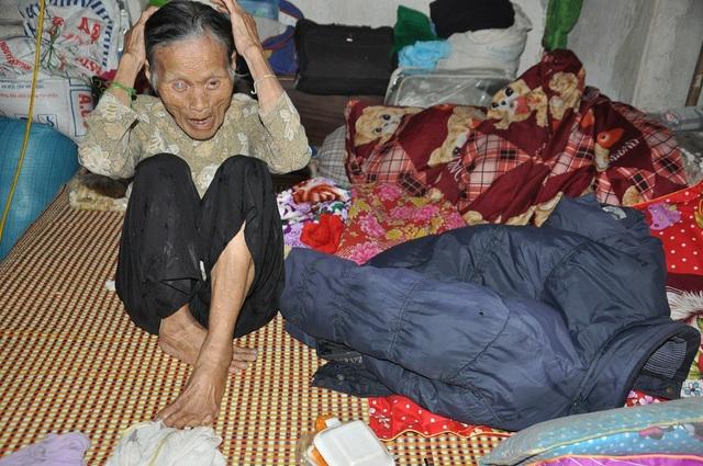 Mẹ chị Hương cũng gần 90 tuổi, cụ bị lẫn, chỉ ngồi 1 mình.
