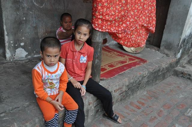 Hai con nhỏ của chị Hương và người chị gái bị thiểu năng trí tuệ của chị.