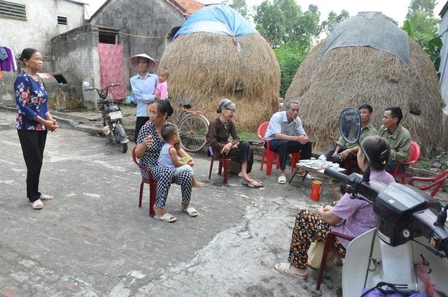 Từ ngày chị Hương bị tai nạn, người dân trong làng phải cắt cử nhau đến trực vì sợ có chuyện xảy ra với 2 cụ.