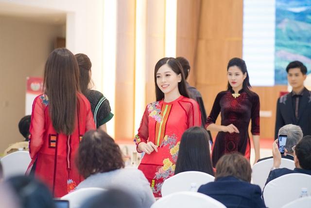 """Người đẹp chia sẻ, cô rất cảm kích trước tình cảm mà bạn thân Phí Thùy Linh và """"đàn em"""" Phương Nga dành cho mình."""