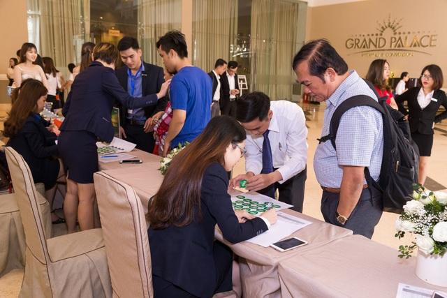 Nhiều khách hàng đến sự kiện ngay từ sáng sớm và nhận quà tặng 100 cuốn sách có chữ ký tặng của Shark Phạm Thanh Hưng.