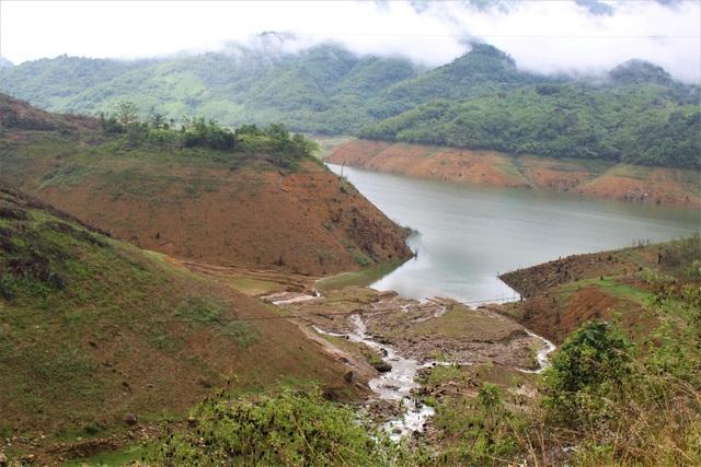 Hồ chứa nước của Công ty Thủy điện A Vương hiện đang trơ đáy. (Ảnh: Hồng Vân)
