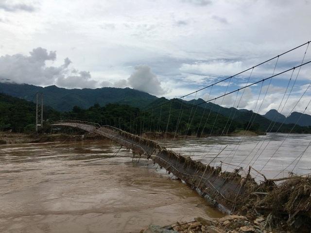 Vào những hôm mưa, nước sông dâng cao, chảy xiết rất nguy hiểm.