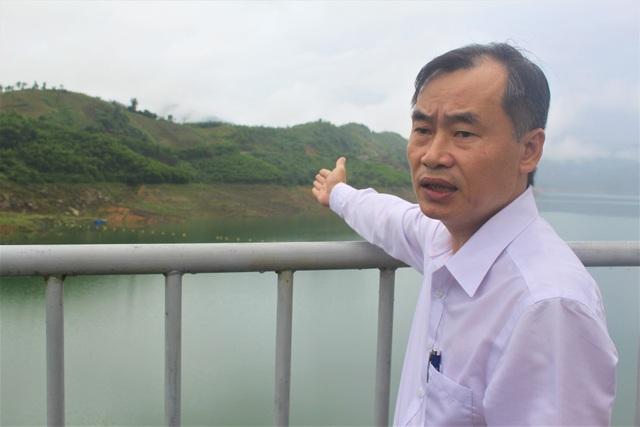 Ông Lân cho biết hồ chứa nước của thủy điện Sông Tranh hiện đang rất thiếu nước. (Ảnh: Hồng Vân)