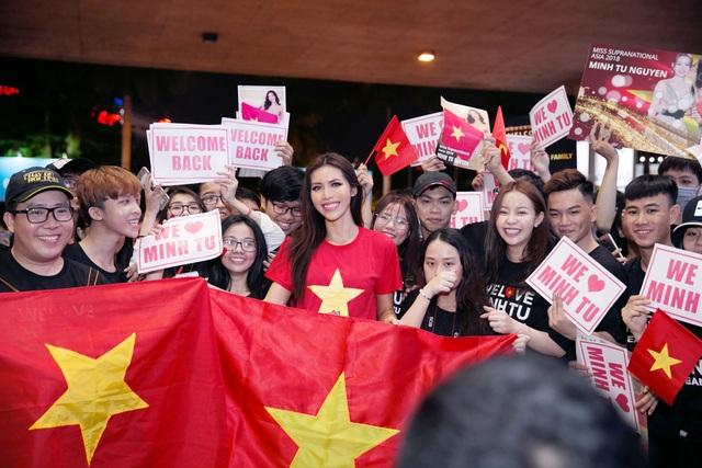Hòa trong niềm vui và sự quan tâm của khán giả nước nhà về giải bóng đá của các cầu thủ Việt Nam đang thi đấu, hình ảnh cờ đỏ sao vàng mà Minh Tú và người hâm mộ thể hiện tại sân bay vô cùng nổi bật.