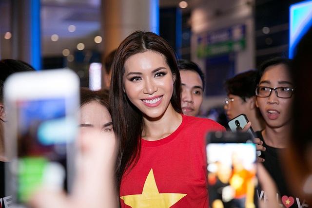 Ngoài tình cảm từ đông đảo người hâm mộ, Minh Tú còn nhận được sự quan tâm đặc biệt của truyền thông trong ngày trở về.