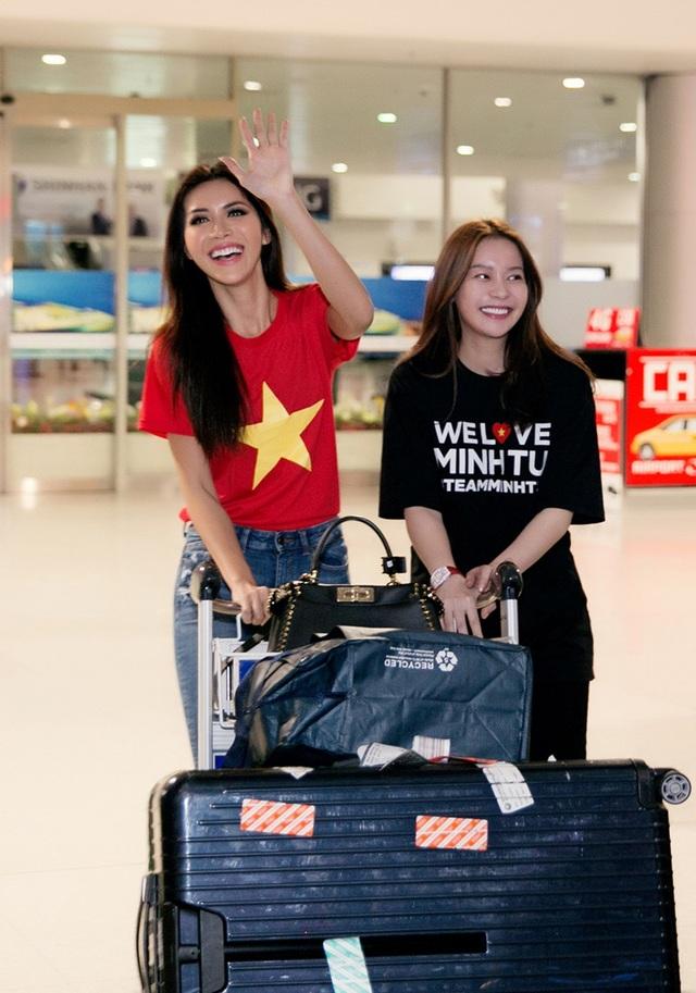 Cả cựu HLV The Face Vietnam lẫn hoa hậu Hải Dương đều rất hạnh phúc trước sự chào đón nồng nhiệt của người hâm mộ khi về nước.