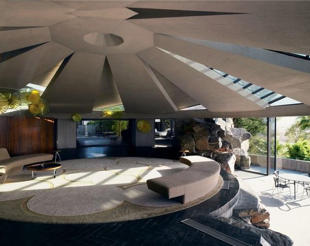 Dinh thự trong hình có tên là Elrod được xây dựng vào năm 1968 tại Suối Palm, California, Mỹ. Điểm nổi bật nhất của công trình này chính là căn phòng khách có thiết kế được lấy cảm hứng từ những túp lều của các bộ lạc du mục.