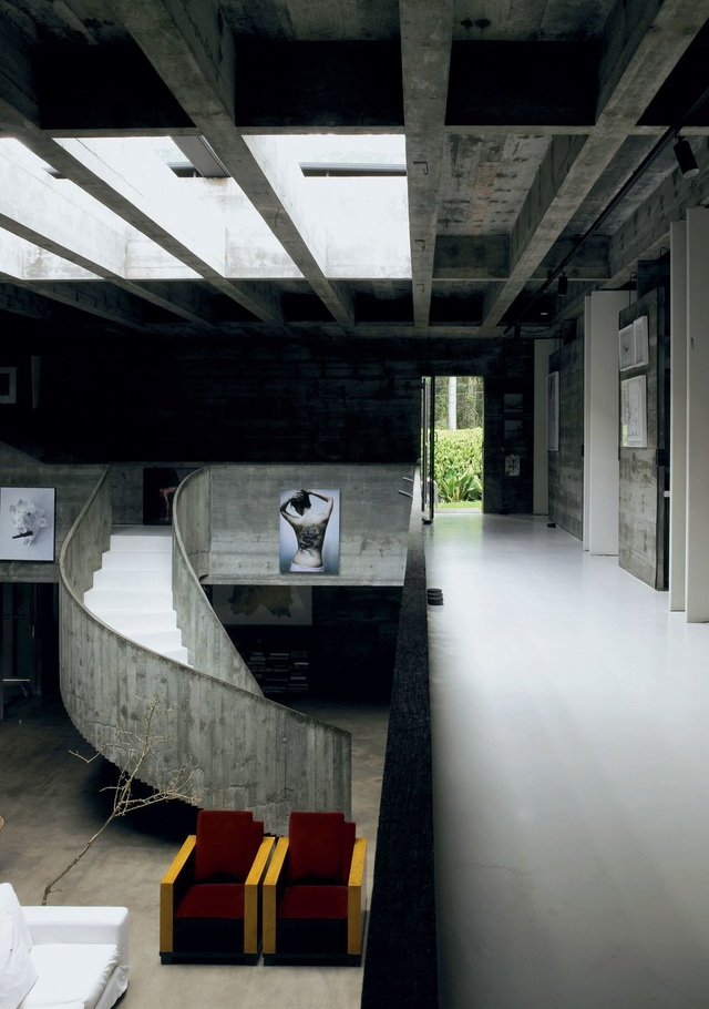 Cho đến tận ngày nay, Millán House của kiến trúc sư Paulo Mendes Da Rocha được xây dựng vào năm 1970, ở São Paulo, Brazil vẫn được coi là một biểu tượng trong làng kiến trúc, với phong cách thiết kế khai thác tối đa vẻ đẹp của kết cấu bê tông thô.