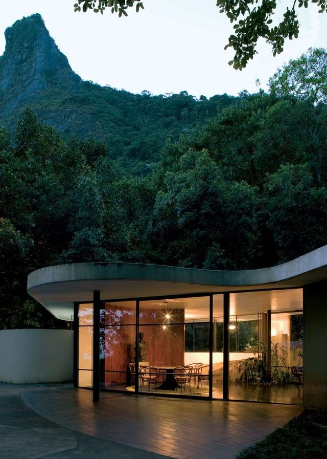 Một ngôi nhà đại diện cho trường phái kiến trúc hiện đại, tọa lạc tại Rio de Janeiro, Brazil.
