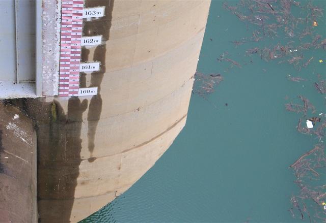 Mực nước hồ chứa của hồ thủy điện Sông Tranh còn thấp hơn cả nấc thang đo. (Ảnh: Hồng Vân)